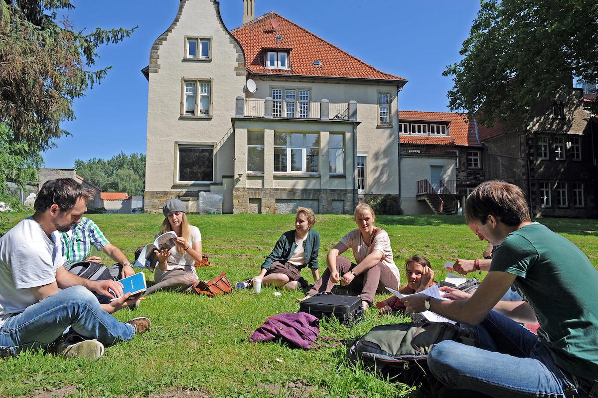 Studierende auf dem Kulturcampus, Foto Andreas Hartmann